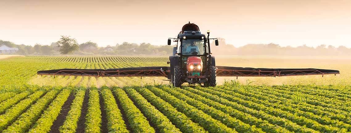 سم پاشی مزارع با تراکتور